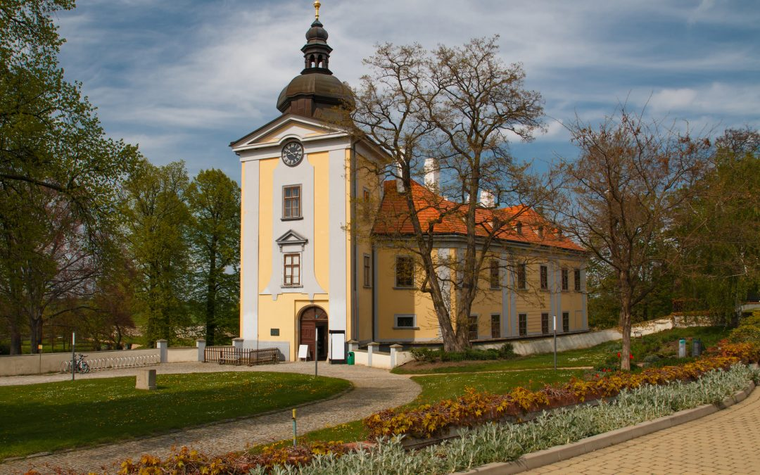 Tip for a trip from Prague: go by bus or bike or walk to Ctěnice Château